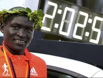 Kimetto , al costat del seu rècord mundial en marató, aconseguit a Berlín el 2014 REUTERS