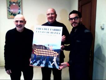 Domene, a l'esquerra, amb l'alcalde, Santi Reixach, i el coordinador de la fira, David Darné, mostrant el cartell. J.C