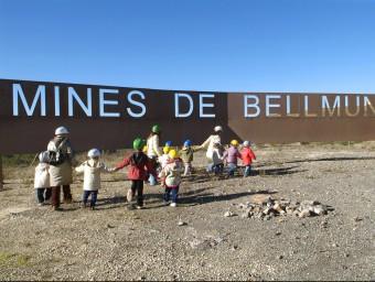 Un grup d'escolars accedint a la zona on es troben situades les Mines de Bellmunt del Priorat XATIC