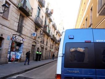 Una furgoneta dels Mossos a l'entrada d'un dels carrers de Ciutat Vella on ha tingut lloc un registre d'una operació contra el tràfic de metamfetamina ACN