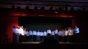 """El grup Cor País Meu cantant """"Exili"""" a Bellcaire d'Empordà. RAMON ARTAL"""