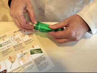 El kit que les farmàcies lliuren als participants. JOSEP LOSADA