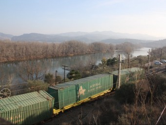 Tres dels vagons del tren de mercaderies que va descarrilar ahir a tocar de l'estació ferroviària d'Ascó, a la Ribera d'Ebre ACN
