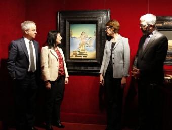 'Leda atòmica', entre Lluís Peñuelas, Elisa Durán, Montse Aguer i Ignasi Miró, director cde l'Àrea de Cultura de 'la Caixa'.