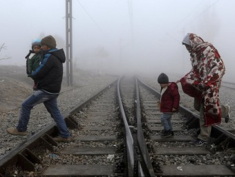 Refugiats creuen les vies del tren per poder creuar la frontera de Grècia amb Macedònia reuters