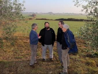 Xavier Camps , alcalde de Palau de Santa Eulàlia -segon per l'esquerra- amb veïns s de la plataforma, al lloc on es projecta la macro-granja MANEL LLADÓ