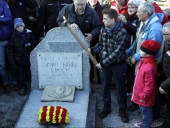 Encesa de la Flama a la tomba de Pompeu Fabra ACN