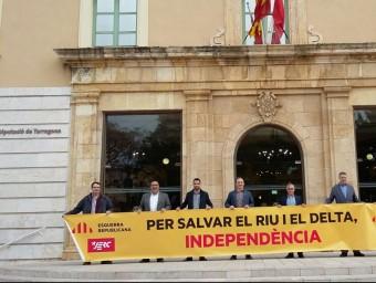 Els diputats provincials d'ERC, van mostrar la pancarta 'Per salvar el riu i el Delta, Independència' INFOCAMP
