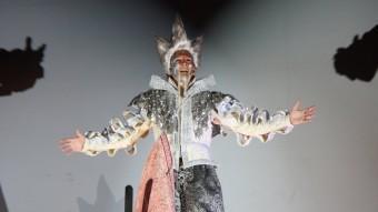 El rei Carnestoltes de Sitges 2016 arribant a la ciutat ahir a la nit. El personatge reencarna el monument a El Greco ACN