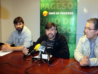 El pagès afectat i el coordinador nacional d'UP, durant la roda de premsa, ahir. ACN