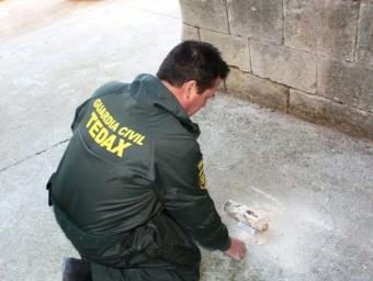 Un membre dels Gedex inspecciona el projectil extret del campanar de Blancafort EPN