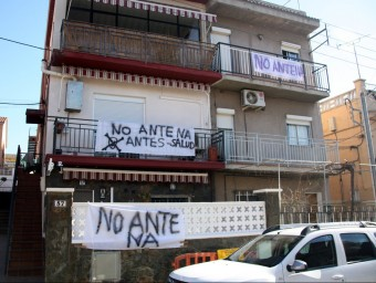 Pancartes contra l'antena de telefonia M. BELMEZ/ACN