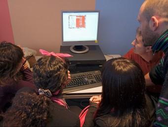 Uns alumnes en un dels tallers de periodisme que professionals col·legiats imparteixen als centres. EPA