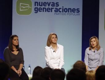 María Dolores de Cospedal entre Beatriz Jurado i Ana Isabel Pérez en un acte de Noves Generacions del PP EFE