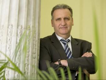 Xavier Teixidó a l'oficina de l'entitat.  ALBERT SALAMÉ