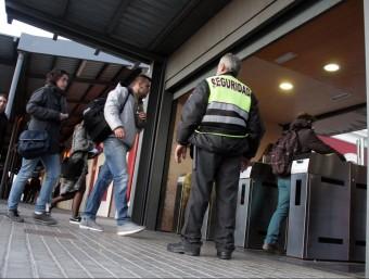 Viatgers de Rodalies surten de l'estació de Badalona, on s'aturen els trens ACN