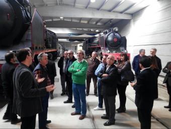 Els representants polítics de diversos territoris durant una visita als vagons que es convertiran en 'Lo Caspolino' CEDIDA