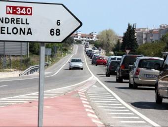 Una filera de cotxes a la N-340, al seu pas per les comarques de Tarragona ACN
