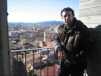 Marc Comas al campanar de la Pietat, el punt més alt de Vic, des d'on es veuen les fotos de gran format 'A vista de campanar' A.A