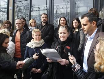 Raquel Duran, de la plataforma per una secundària de qualitat a Barberà del Vallès, llegint el manifest a Sabadell ORIOL DURAN