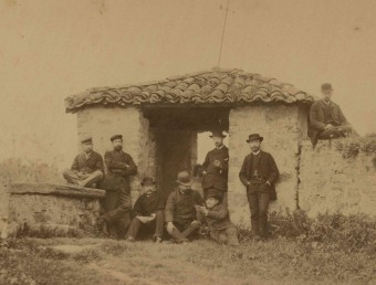 Alsius, tercer per l'esquerra, en una foto a la dècada de 1880 en què també surten Hostench i Boschmonar. ARXIU COMARCAL PDE / FONS HOSTENCH