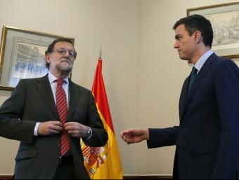 El líder del PSOE, Pedro Sánchez, estén la mà al president del govern espanyol, Mariano Rajoy, davant l'aparent indiferència d'aquest EFE