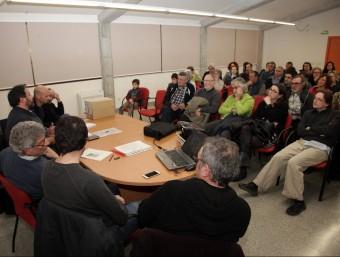 Imatge de la reunió que l'ajuntament i la plataforma opositora a la macrogranja van organitzar ahir vespre. JOAN SABATER