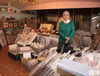 Dolors Bosch, al pis de dalt del seu estudi, on ja té embolicades moltes de les obres que exposarà a Sant Domènec JOAN SABATER