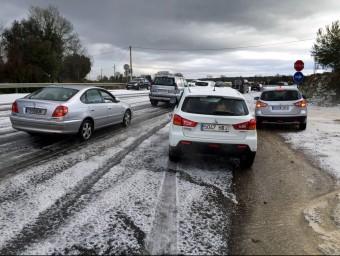 Diversos cotxes circulen amb precaució per la forta calamarsada entre el Pla de l'Estany i la Garrotxa ACN