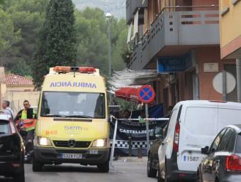 La policia resguarda el cos de la dona morta per l'ex-xicot al carrer a Castelldefels