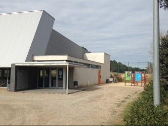 L'entrada del pavelló en la zona, on anirà el nou local social. JOAN PUNTÍ