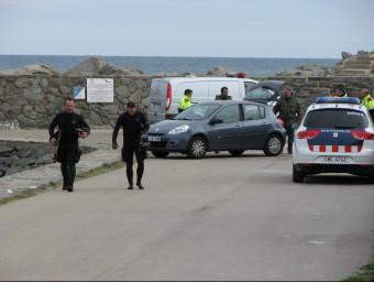 Els submarinistes dels Mossos després de rescatar el cos de l'aigua. OSCAR PINILLA