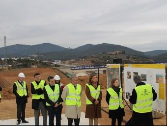 La ministra en funcions, Ana Pastor , la delegada dl govern espanyol Llanos de Luna, tècnics i representants d el'obra escoltant les explicacions del'enginyer sobre les obres J.A
