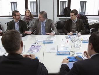 El vicesecretari del PP, Javier Maroto (2n per l'esquerra) i el ministre d'Educació en funcions, Iñigo Méndez de Vigo, durant la reunió per analitzar el pacte d'Estat proposat per Mariano Rajoy EFE