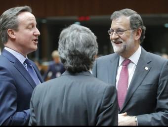 Els caps de govern britànic, David Cameron, i espanyol, Mariano Rajoy, parlen abans de la cimera de la UE, aquest dijous a Brussel·les EFE