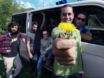 Showarma i els Falafels, amb Martí Vilardebò oferint flors a l'espectador KASBA MUSIC
