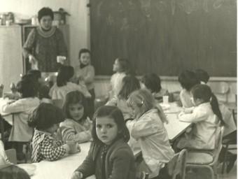 A dalt, la imatge de l'interior d'un aula de l'escola amb nens quan es va posar en marxa a finals del setanta.  CEDIDA/S. PÉREZ
