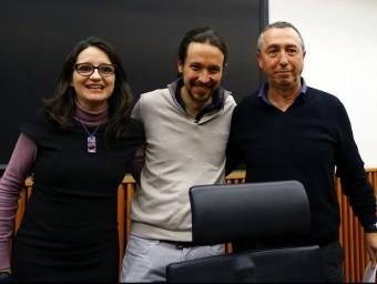 El líder de Podem, Pablo Iglesias, amb Mònica Oltra i Joan Baldoví, de Compromís, durant la reunió d'aquest divendres entre les dues formacions EFE