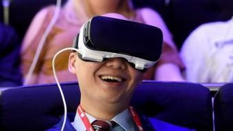 Un grup de visitants de la fira experimentant amb els visors de realitat virtual JOSEP LAGO / AFP