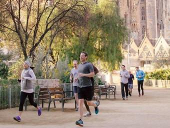 Mark Zuckerberg, passa corrent per la plaça de Gaudí, aquest diumenge a Barcelona FACEBOOK