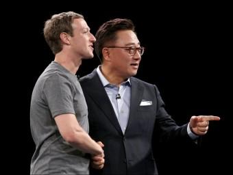 El creador de Facebook, Mark Zuckerberg, i el directiu de Samsung Dongjin Koh, durant la presentació del Galaxy S7, aquest diumenge a Barcelona REUTERS