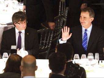 El president de la Generalitat, Carles Puigdemont, i el rei Felip VI, asseguts a la mateixa taula durant el sopar inaugural de l'MWC 2016, aquest diumenge al Liceu EFE