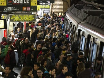Aglomeracions al metro durant la vaga en hora punta EFE