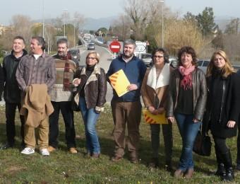Els càrrecs electes d'ERC (alcaldes, regidors i la diputada i el senador), es van concentrar ahir davant les obres en curs sobre l'N-II a Pont de Molins, per demanar la gratuïtat de l'AP-7 mentre durin aquests treballs E. C