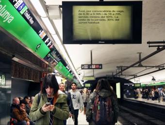 Una pantalla de l'estació de plaça Catalunya informa de la vaga de metro, aquest dilluns a Barcelona ELISABETH MAGRE