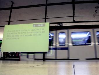 Un panell informa dels serveis mínims durant la vaga, aquest dilluns al metro de Barcelona ELISABETH MAGRE