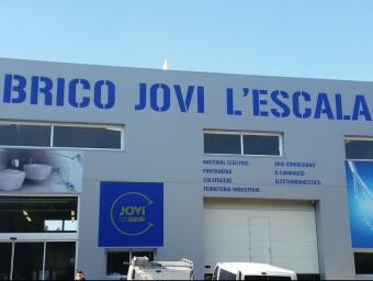 Façana del nou establiment que Suministres Jovi ha inaugurat a l'Escala.
