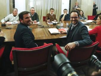 El diputat d'IU Alberto Garzón i el portaveu parlamentari del PSOE, Antonio Hernando (en primer pla), durant la reunió a quatre en la que també participen representants de Podem i Compromís EFE