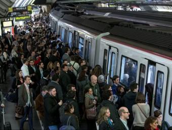 La vaga de metro ha col·lapsat la mobilitat a Barcelona ALBERT SALAMÉ