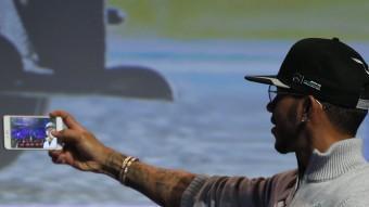 Lewis Hamilton es retratava al MWC.  REUTERS